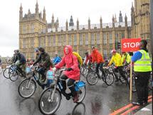 Ciclistas en Westminster Abbey. | C.F.