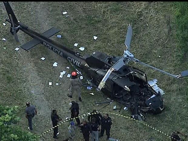 Helicóptero da Polícia Civil cai na Zona Portuária do Rio (Foto: Globonews/Reprodução)