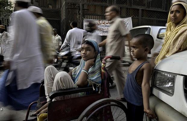 Byer encontrou Hunupa Begum, 13 anos, pedindo esmolas em Nova Déli e pediu para a menina contar sua história. Hunupa é cega desde os três anos. O irmão, Hajimudin Sheikh, de seis anos, e a mãe, Manora Begum, de 35, também sofrem com problemas graves de saúde. No entando, a família é feliz por estarem todos juntos (Foto: Renée C Byer)