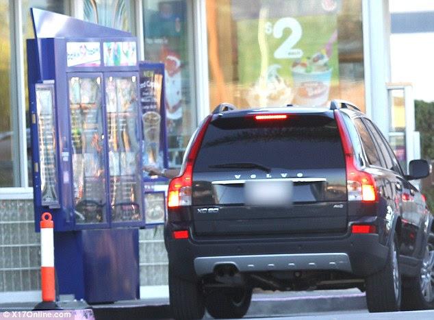 Estamos com fome!  O volvo preto puxa para cima na cadeia de Baskin Robbins sorvete, depois de duas visitas a MacDonald e In-N-Out Burger, nas últimas semanas