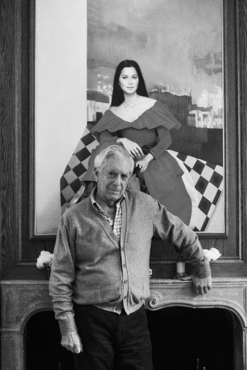 Vargas Llosa delante de un retrato de Isabel Preysler, su pareja, en Madrid.