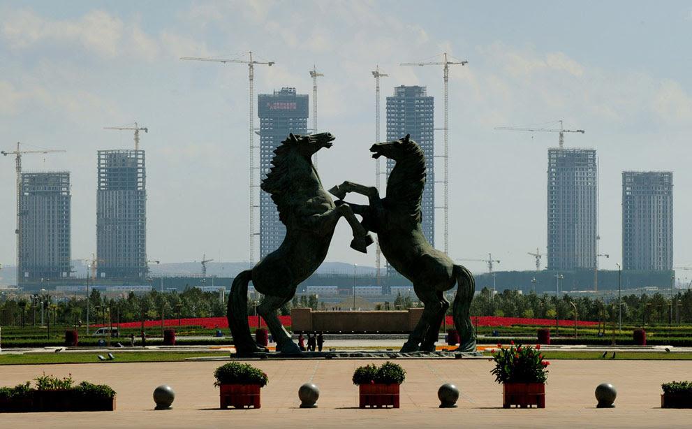 Η κεντρική πλατεία στο κέντρο της πόλης Ordos, στην Κίνα. Η συγκεκριμένη πόλη αποκαλείται και ως «πόλη φάντασμα», αφού δεν μένει κανείς εκεί, παρόλο που κατασκευάστηκε για να στεγάσει 1,5 εκατομμύριο κατοίκους