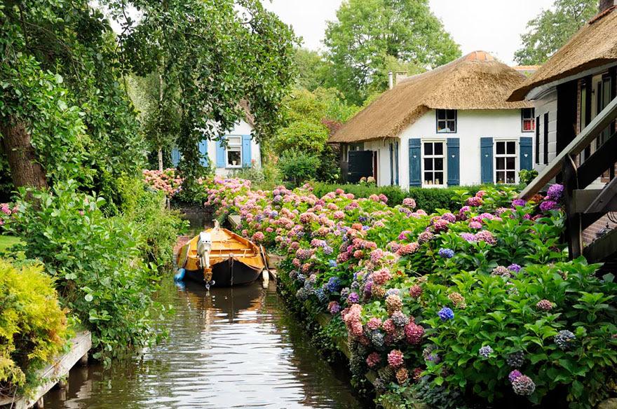 water-village-no-roads-canals-giethoorn-netherlands-9
