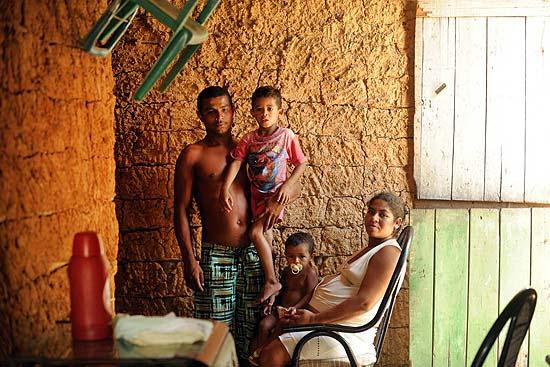 O pescador Flavio de Mesquita com mulher e filhos em Porto de Pedras (AL), um dos locais mais pobres do país; beneficiários do Bolsa Família, ainda passam fome.