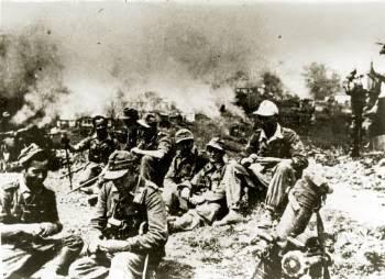 Γερμανοί στρατιώτες ξεκουράζονται, πίσω τα Καλάβρυτα καίγονται