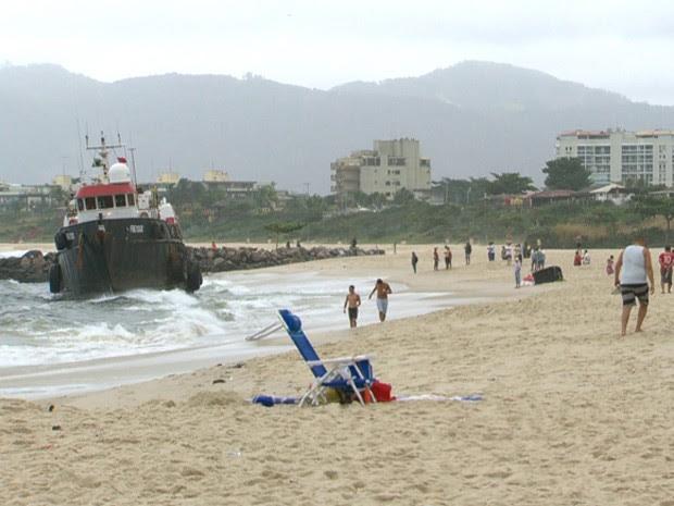 Rebocador encalhado chamou a atenção de banhistas na praia em Niterói (Foto: Reprodução/TV Globo)