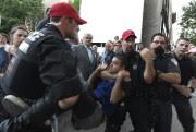 Le jeune homme a été transporté à l'intérieur... (PHOTO BERNARD BRAULT, LA PRESSE) - image 1.0