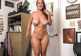 Morena Sexy Novata no Porno Fazendo Teste do Sofá