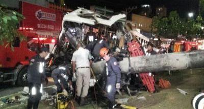 Ônibus derruba poste em acidente e bairros ficam sem energia
