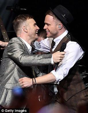 Clube de meninos: Ele também foi acompanhado por Fator Xtra anfitrião Olly Murs, que ele cumprimentou com um abraço caloroso