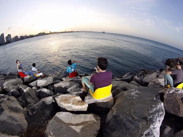 Ao todo, 78 cadeiras foram instaladas nas pedras do espigão da Praia de Iracema (Foto: Tiago Lima/ Divulgação)
