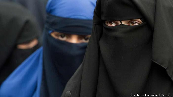 zwei vollverschleierte Frauen (Foto: picture-alliance/dpa/B. Roessler)