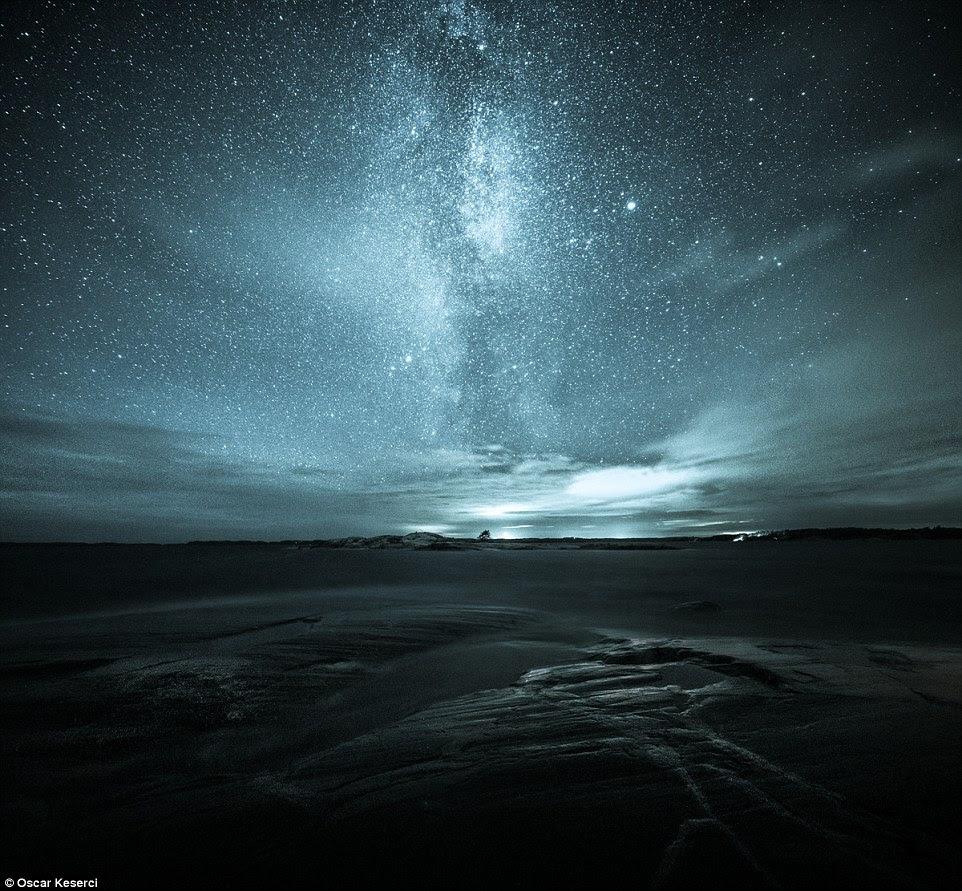 """Keserci acrescentou: """"Estar fora da natureza à noite é um sentimento muito diferente do que estar fora durante o dia.  Eu encontro fotografia noturna muito mais interessante 'Acima é um tiro chamado da maneira leitosa que aumenta sobre Kopparnäs"""