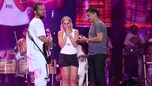 Fã pede namorada em casamento no show de Saulo (Foto: João Franco / Divulgação)