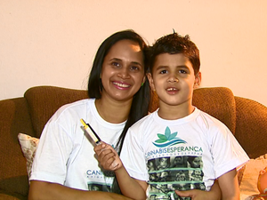 Família comemora decisão da Anvisa em São Carlos (Foto: Reginaldo dos Santos / EPTV)