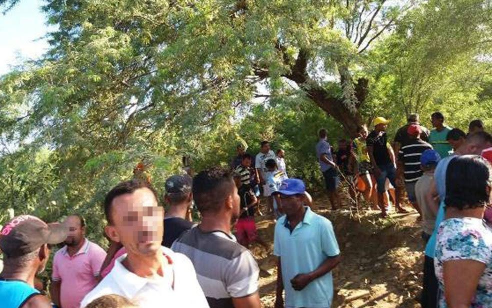 Os corpos dos jovens foram encontrados em um matagal (Foto: Central Notícia/ Luciano Castro )