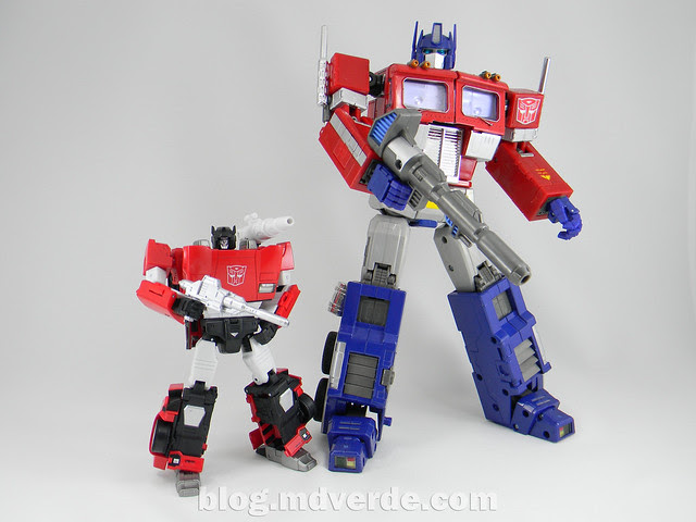 Transformers Sideswipe Masterpiece - modo robot vs Optimus Prime MP-04