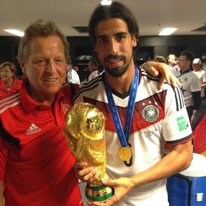 Khedira também postou sua foto segurando a taça de campeão (Foto: Reprodução/Instagram)