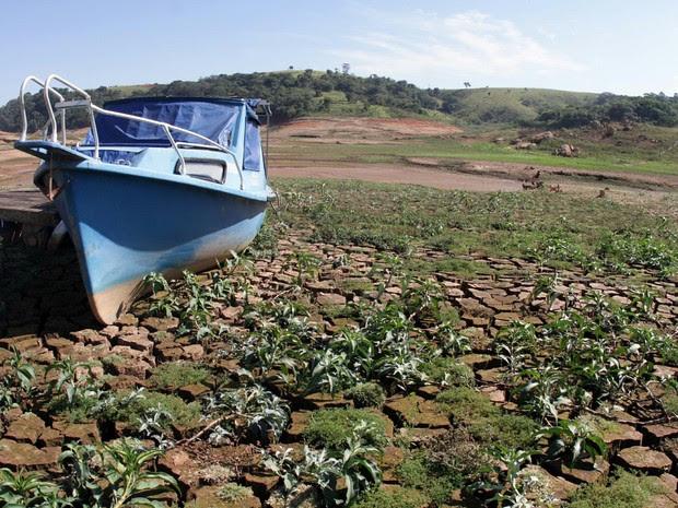 Nível acumulado de água no Sistema Cantareira, que abastece a população da Grande São Paulo, chegou a 8,4%, segundo medição divulgada pela Sabesp na quarta-feira (14). Na imagem, reservatório na região de Joanópolis.  (Foto: Denny Cesare/ Estadão Conteúdo)