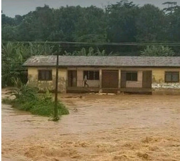 OAU Students Trapped As Heavy Rainfall Triggers Flashflood In Ile Ife (Photos)