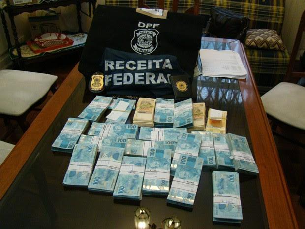 Polícia Federal localiza e apreende R$ 350 na casa de auditor da Receita Federal investigado por fraude (Foto: Tatiana Santiago/G1)