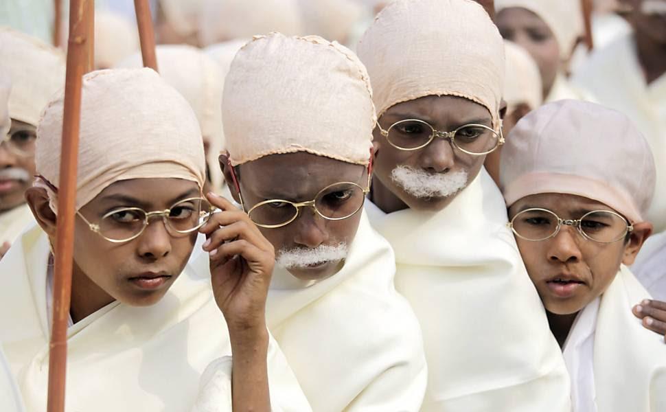 Cerca de 450 crianças se vestiram como o líder indiano Mahatma Gandhi em marcha para tentar entrar no Guinness Book