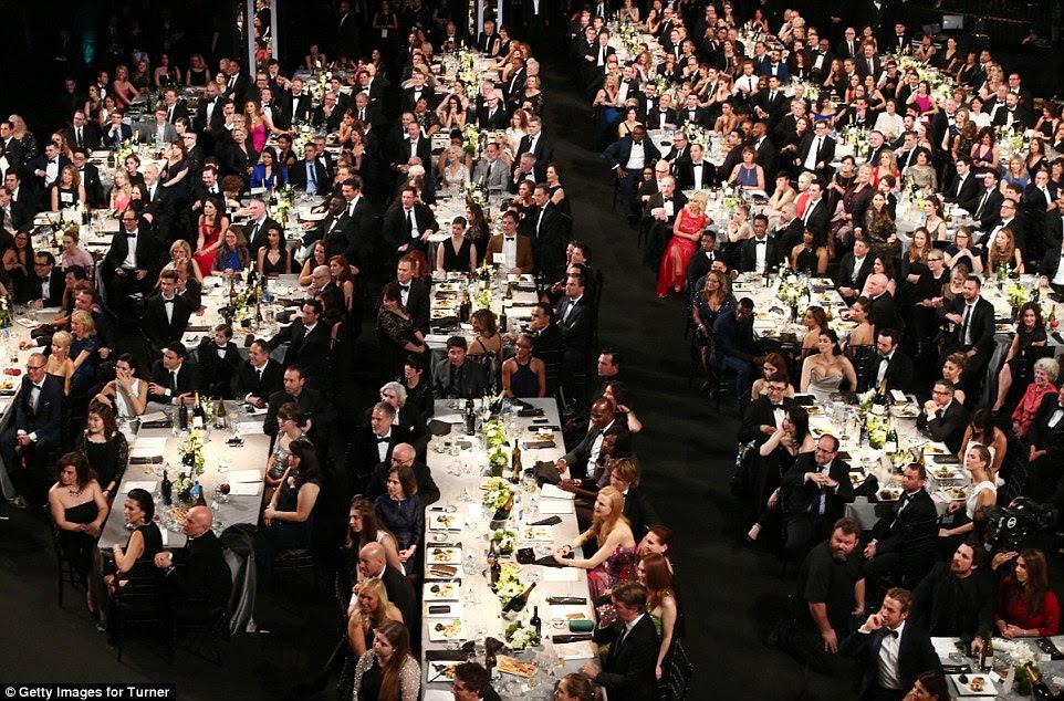 Dentro dos SAG: O creme de Tinseltown reuniram-se à entrega de prémios SAG como os indicados deste ano foram tratados para um jantar luxuoso e litros de champanhe enquanto observavam o Classe de 2016 ser honrado ... com uma atriz melhor suportado indo para Sarah Silverman