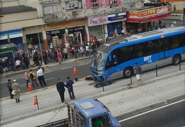 Acidente envolvendo moto e BRT mata um e deixa dois feridos na Taquara. (Foto: Letícia Souza / VC no G1)