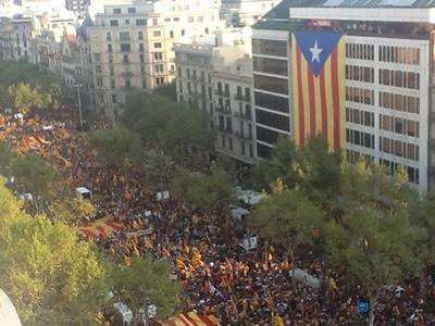 Los partidos esgrimen la multitudinaria manifestación de la Diada como una de las razones para plantear la consulta - PÚBLICO