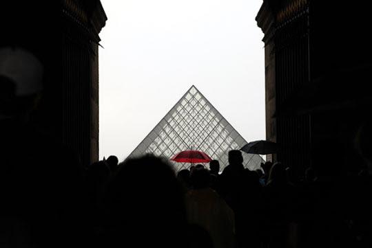 파리 루브르박물관의 새로운 명물 유리 피라미드./사진=이서현