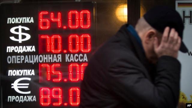 Lý do chính khiến cho đồng rúp của Nga sụt giảm là giá dầu giảm. Xuất khẩu dầu lửa và khí đốt của Nga chiếm một phần lớn trong nền kinh tế Nga.