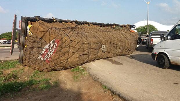 Carreta tombou após o motorista perder o controle do veículo (Foto: Marksuel Figueredo/Inter TV Cabugi)
