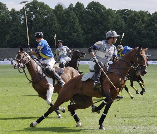 Polospieler wenden ihre Pferde