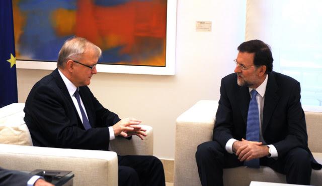 Mariano Rajoy y el Comisario Olli Rehn este lunes. | Foto: Afp