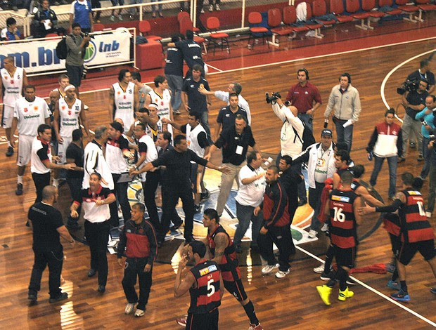 basquete confusão São José x Flamengo (Foto: João Gabriel Rodrigues)