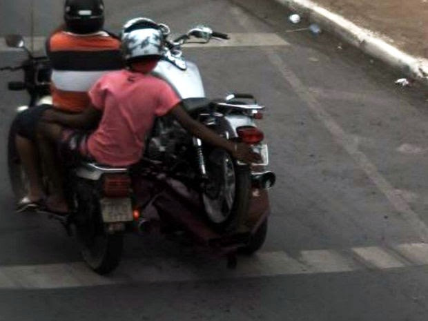 Homem esconde a placa de moto ao passar por radar em Cuiabá (Foto: Divulgação/Secretaria de Trânsito de Cuiabá)