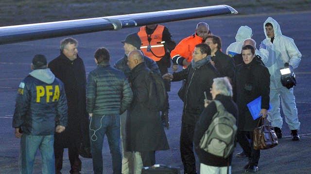 El juez Lleral minutos antes de la partida del avión que traslada el cuerpo de Santiago Maldonado