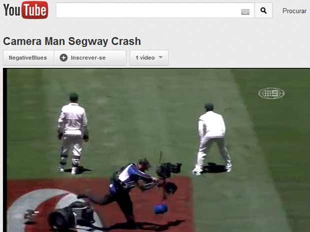 Cinegrafista rouba a cena ao cair de scooter durante jogo na Austrália (Foto: Reprodução de vídeo)