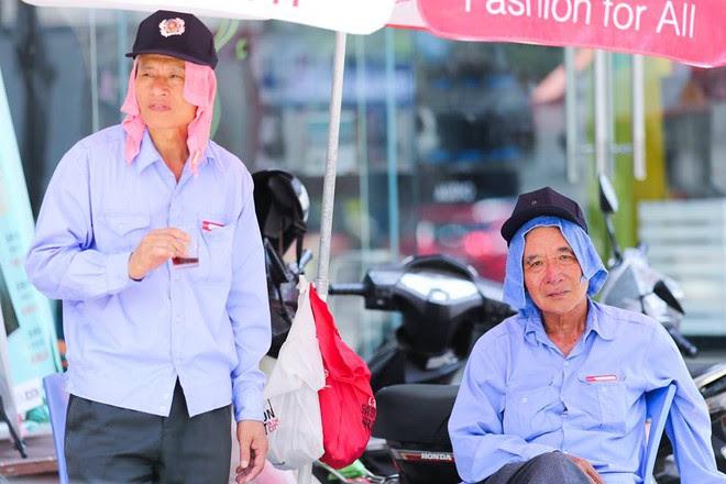 Người Hà Nội mặc bìa carton, hai tay hai ô giữa ngày nắng nóng lịch sử - Ảnh 7.