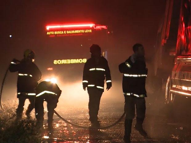 Bombeiros conseguiram apagar as chamas, mas veículo foi queimado por completo (Foto: Reprodução / TV Paraíba)