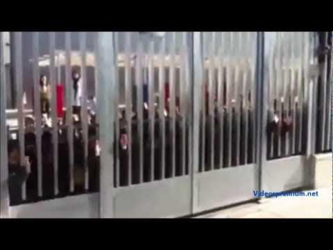 video que muestra a un Barrendero cantando Bob Esponja a unos niños de preescolar
