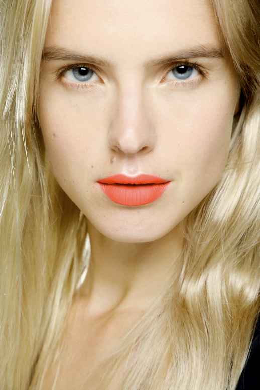 LE FASHION BLOG BEAUTY POST BRIGHT MATTE LIPS Lucia Pieroni  MAC lipsticks Red Electric Pigment ORANGE NEON LIPSTICK POUT BLONDE WAVES BARE LASHES EYES NATURAL BEAUTY MAKE UP 3 photo LEFASHIONBLOGBEAUTYPOSTBRIGHTMATTELIPS3.png