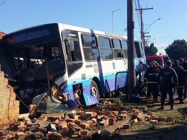 Ônibus invadiu casa no Jardim Aeroporto, em Limeira, matou mulher e deixou criança ferida (Foto: Ricardo da Silva)