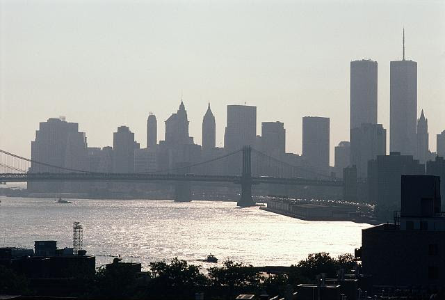 Manhattan skyline, southwest view from Broadway at Berry Street, Brooklyn, New York, August 2001. Photo by Camilo J. Vergara. //hdl.loc.gov/loc.pnp/vrg.00473