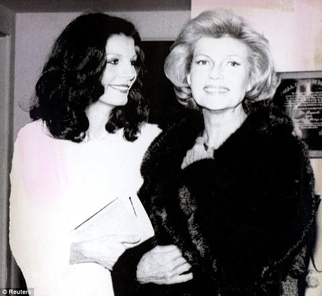 Laços de família: Rita Hayworth (direita) e mãe de sua filha Yasmin, de Andrew Kahn (à esquerda) mostrado aqui em uma casa que partilhavam em Beverly Hills
