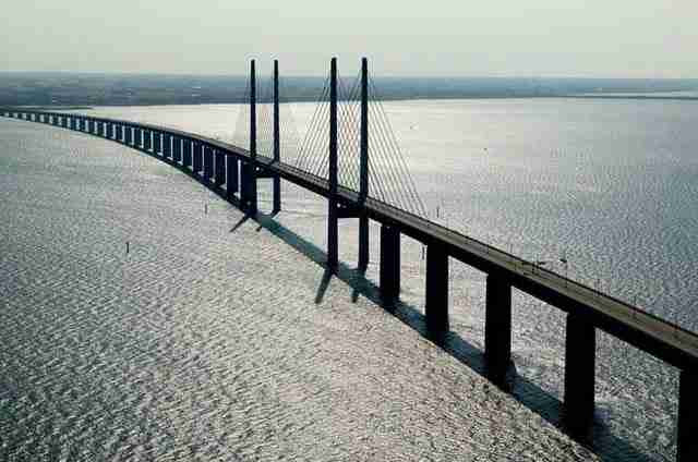 Αυτή η καταπληκτική γέφυρα μετατρέπεται σε τούνελ και συνδέει την Δανία με την Σουηδία