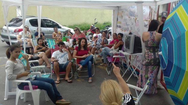 Esposas e familiares protestam diante de batalhão da P