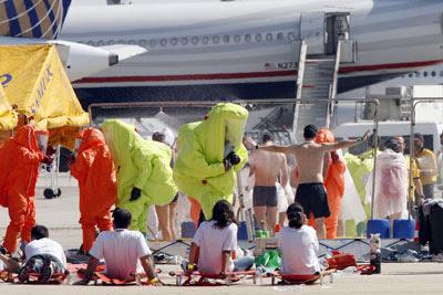 Los expertos descontaminan a algunos figurantes del simulacro. - Mónica Patxot