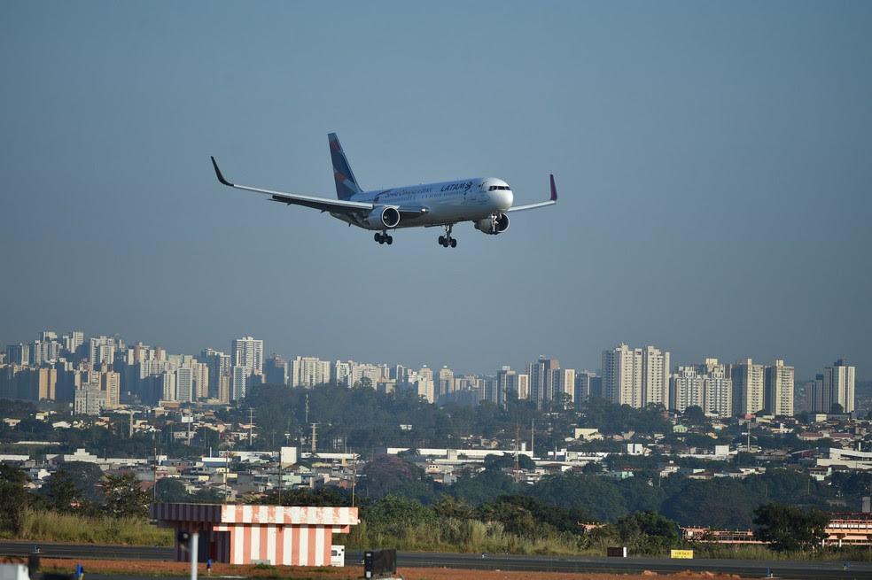 Avião da empresa Latam aterrissa em Brasília  (Foto: Andre Borges/Agência Brasília)