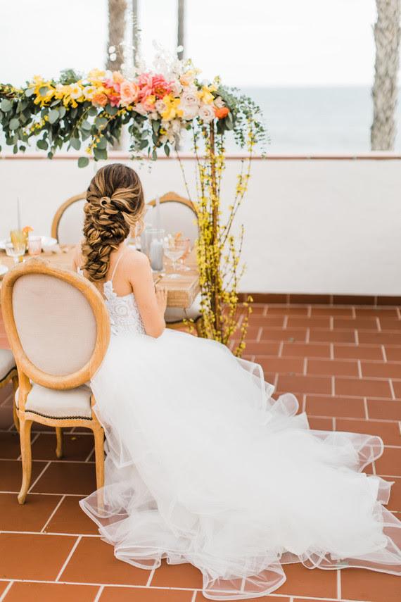 Die Braut mit Ihrem atemberaubenden twisted niedrigen Hochsteckfrisur für ein romantisches Gefühl